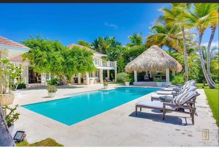 Elegante Villa con Carrito de Golf incluido