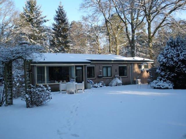 Vrijstaande bungalow gelegen in de bossen van de Lage Vuursche.