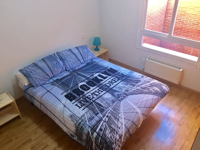 Dormitorio con cama matrimonial y baño privado - Madrid - Apartment