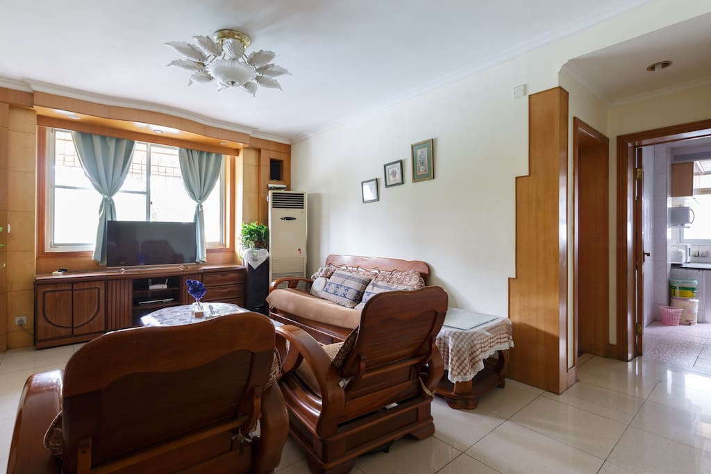 客厅有一台2P的空调和一台微鲸智能电视
