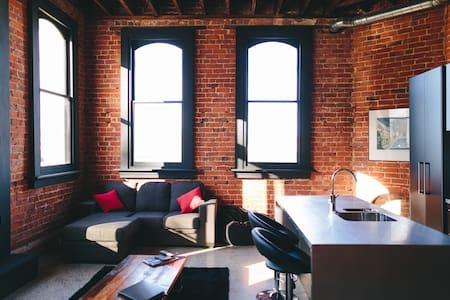 The Terminus: Inner-City Heritage Apartment 4