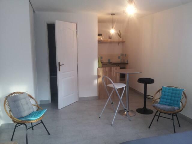 Logement indépendant neuf avec jardin dans maison