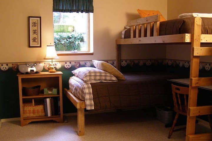 Sunny Basement Room with Bunk Beds - Eau Claire - House