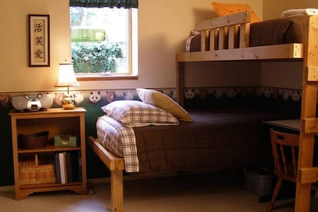 Sunny Basement Room with Bunk Beds - Eau Claire - Dům