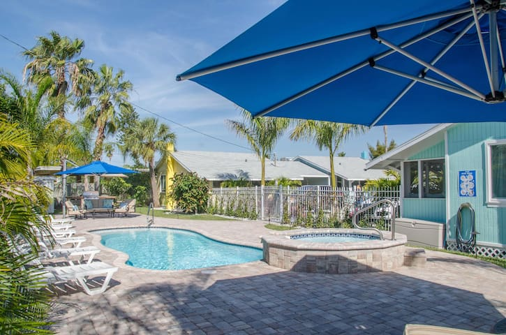 The Sunshine Cottage. Walk To Beach, Shops, Dining - Madeira Beach