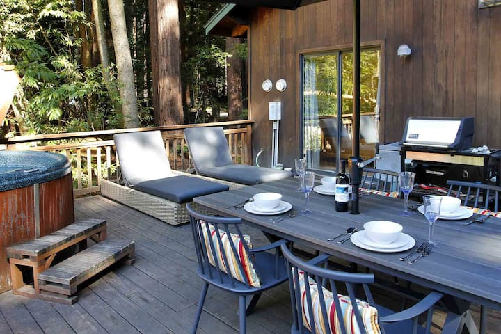 LUCY'S LAIR: Creekfront | Gas Fireplace | Hot Tub