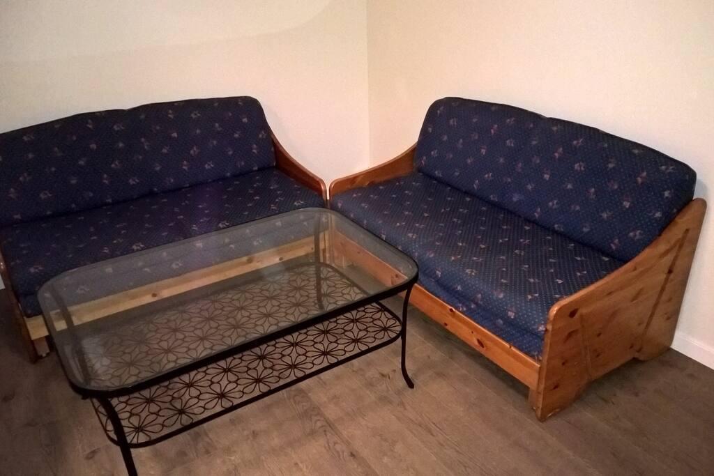 To sovesofaer med plass til 2 i hver