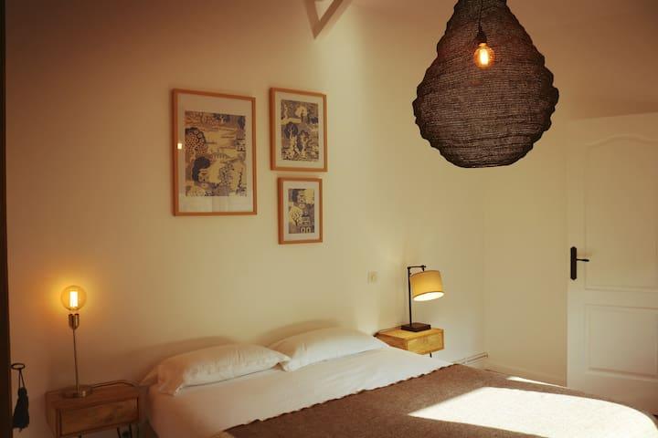 La seconde chambre, avec une literie très confortable, 160 cm et des éclairages tout doux pour vos yeux