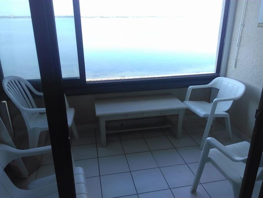 La vue de la loggia: directement sur le lac marin, et son Mont Canigou, plein Sud,