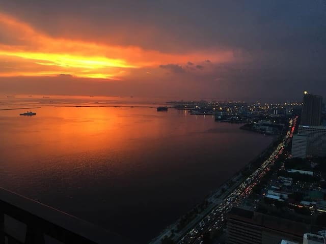 SUNSET LUXURY Condo @Admiral Baysuites