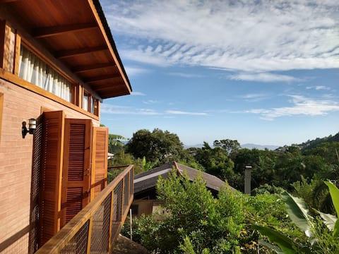 Casa com vista para o mar e piscina natural
