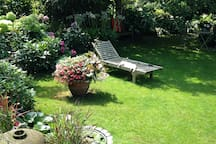 Blick vom Balkon in den Garten.
