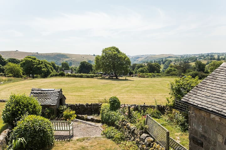 Cosy pet friendly cottage Peak District Park views