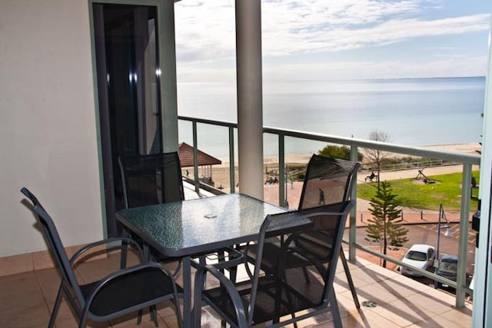Boardwalk By The Beach - Rockingham - Apartemen