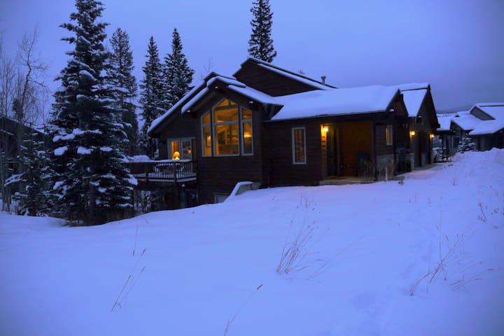 Epic Views, Deck, BBQ, Hot Tub, Free Ski Shuttle!