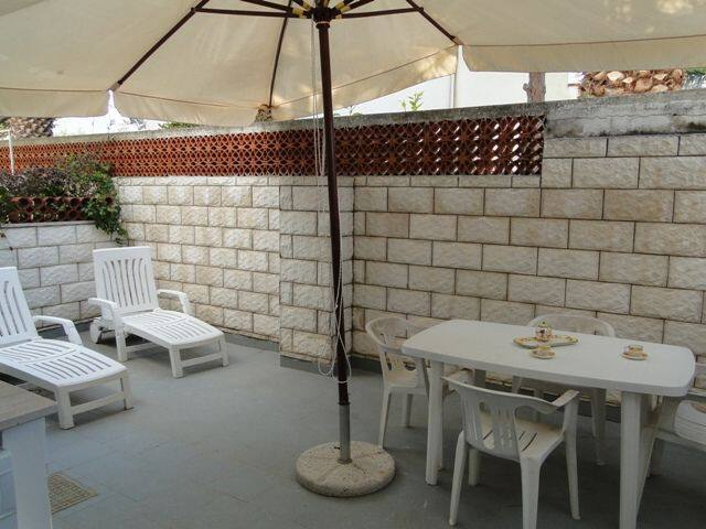 courtyard with table, chairs and barbecue