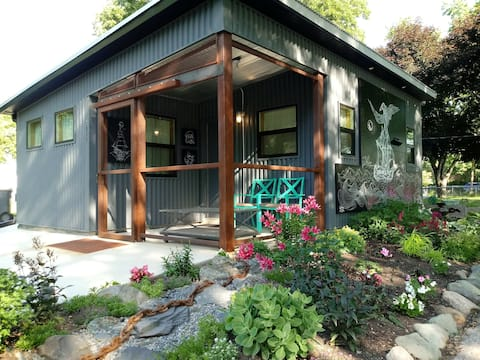 Tiny House 4 Blks LRT Peaceful and Private