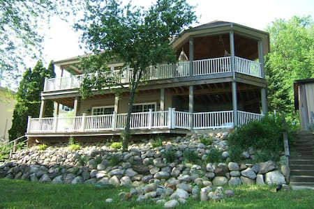 Hilltop waterfront newer house. - Delton - Maison