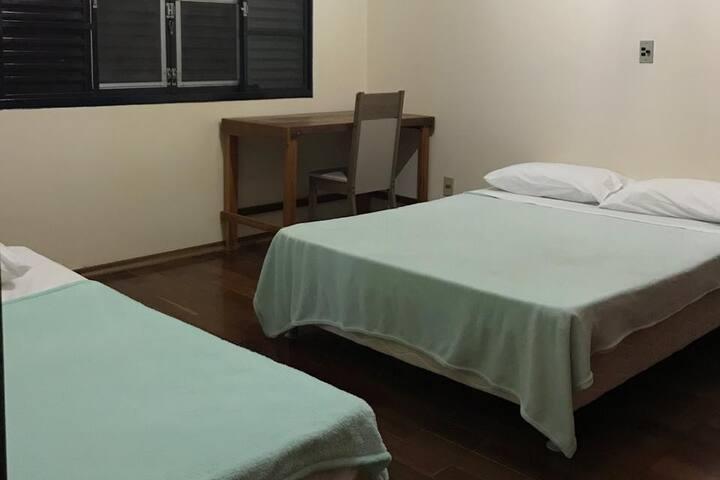 Duas camas e uma escrivaninha