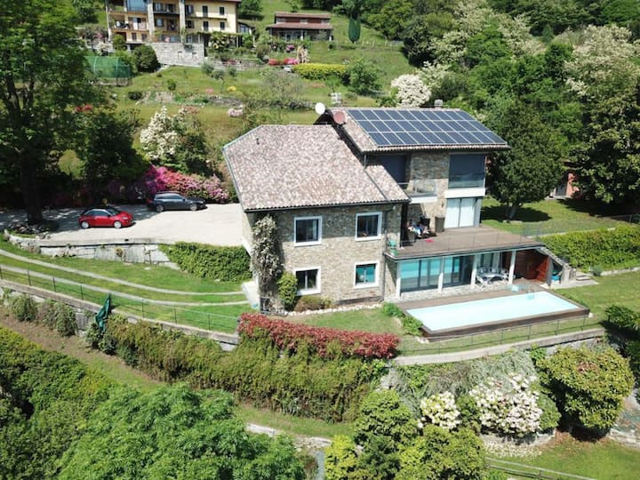 Villa Mauro a Suna, vista lago con piscina