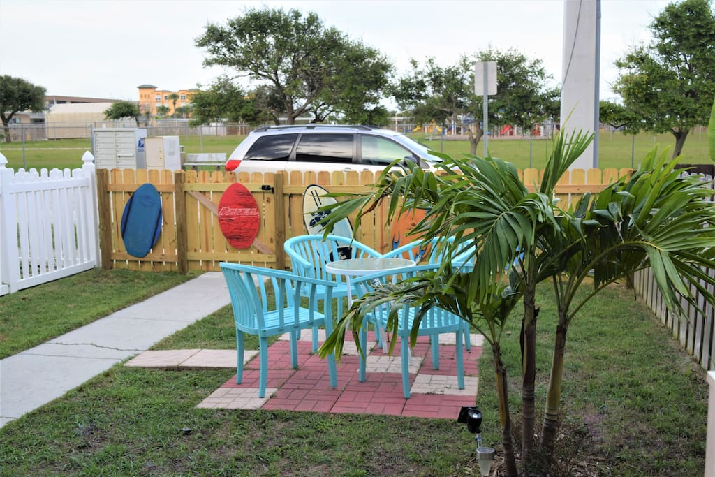 Relaxing fenced-in front yard, front parking & 2 more in back