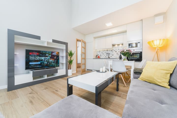 Modern apartment with air-con near train station