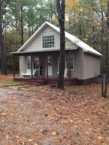 Secluded cabin minutes from Tupelo