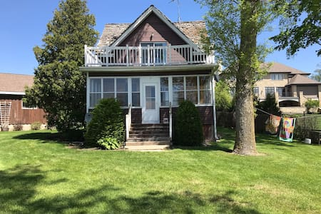 Spacious cottage on beautiful Fox Lake (sleeps 8)