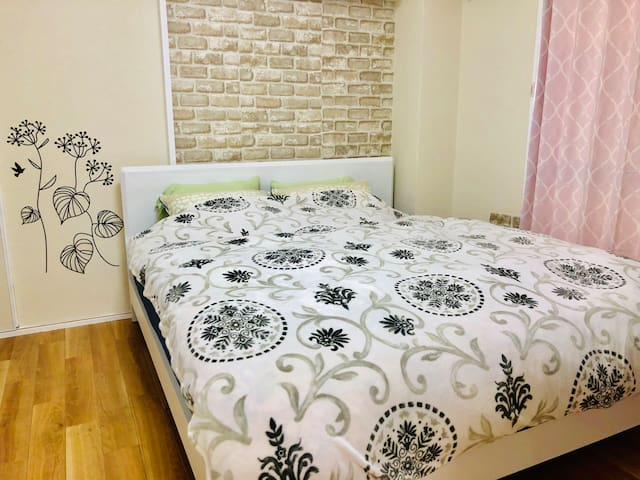 Bed room 2-There's a queen sized bed available for up to 2 guests.クイーンサイズのベッドがざいます。2名様がご宿泊可能です。