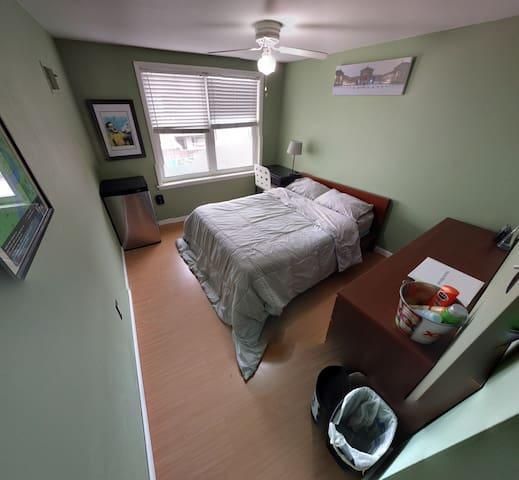 Chill rear bedroom (private room in a row home)