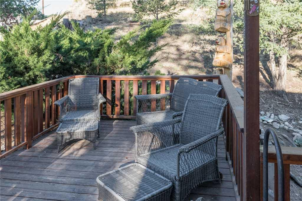 Fresh Air - The deck is the perfect place if you want to sit outside and enjoy the fresh air. Make some drinks, get the crew and