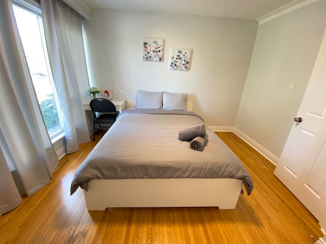 Lovely private room in Downsview Park