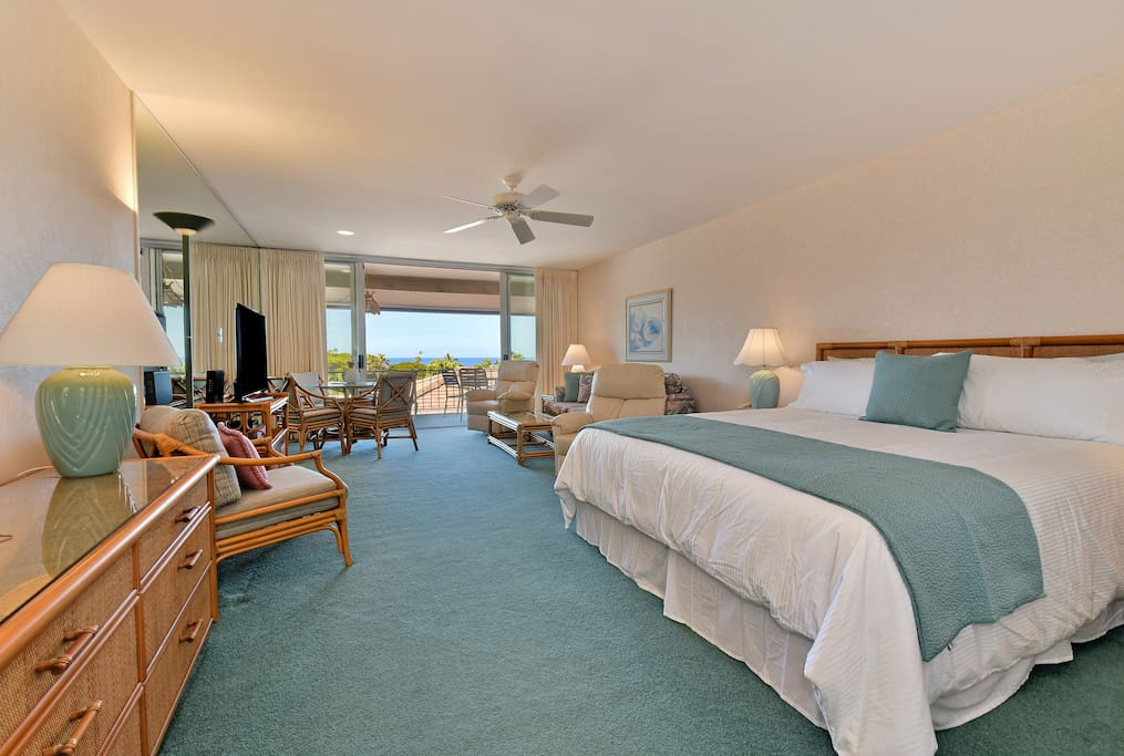 Spacious Suite with King Bed with Ocean View - Short Walk to Beach and Whaler's Village shops, restaurants