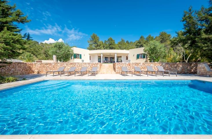 Fantástica villa con vistas a la montaña, piscina y Wi-Fi; se admiten mascotas, aparcamiento disponible