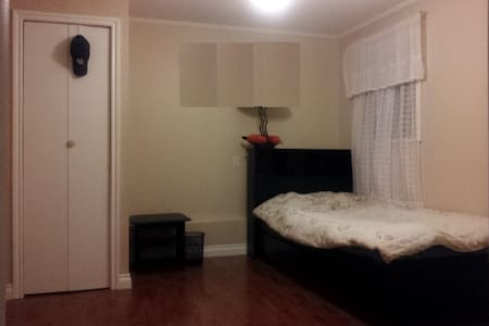 1 BDR Furnished Living in Sharing - Burnaby - Hus
