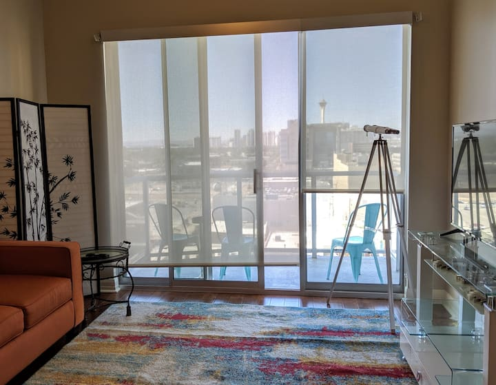 Downtown Walkable Condo - VIEWS - 10 min to strip
