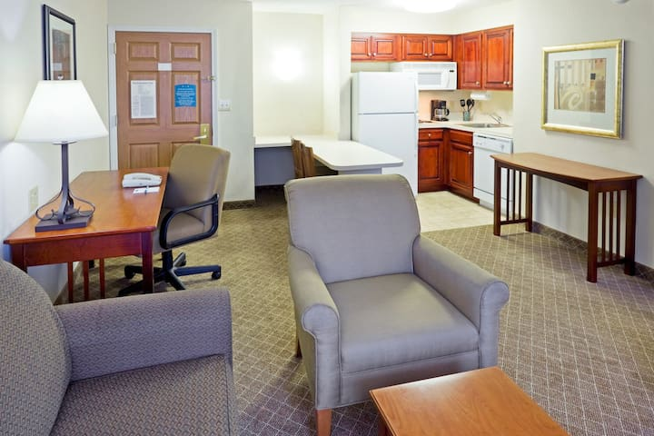 King Suite. Free Breakfast Buffet. Pool. Only 20 Minutes from Princeton.
