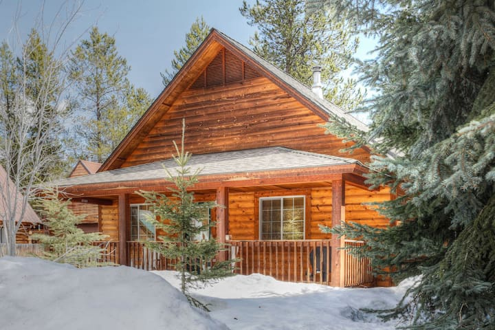 Hubbard Cabin: Private Outdoor Hot Tub, Picnic Table, Firepit