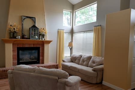 Bright, clean, comfy home with lots of parking. - Waszyngton