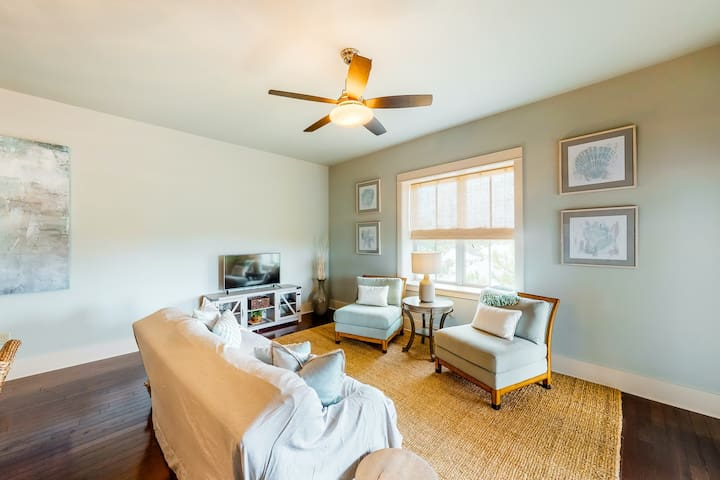 Beach-themed, top floor, corner condo w/ shared outdoor pool, hot tub, and gym!