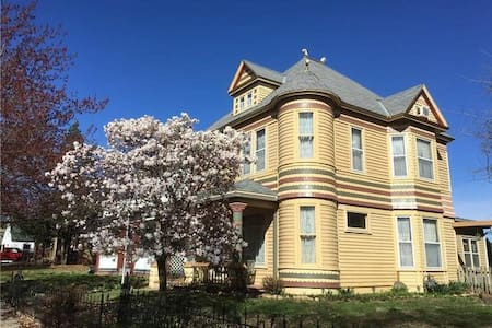 THE HARDING HOUSE **a Quaint Historic Queen Anne**