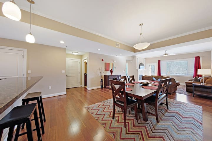 Elevator-accessible condo w/ a full kitchen, fireplace, & lush mountain views