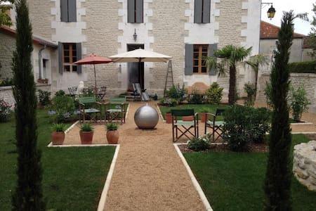 Chez Barsi,  village setting. - Palluaud - Ev