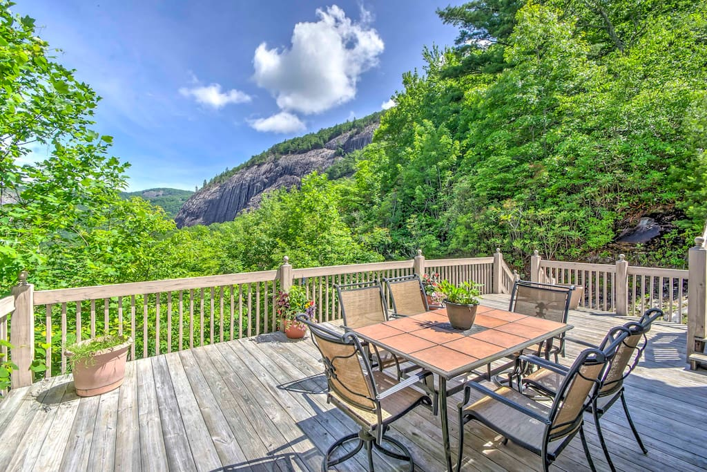 This 3-bed, 2.5-bath vacation rental offers views of the Blue Ridge Mountains.