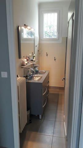 salle de bain avec douche au RDC