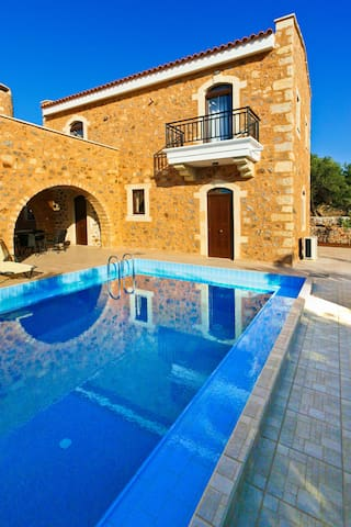 3 bedroom Ιndependent villa with private pool 1