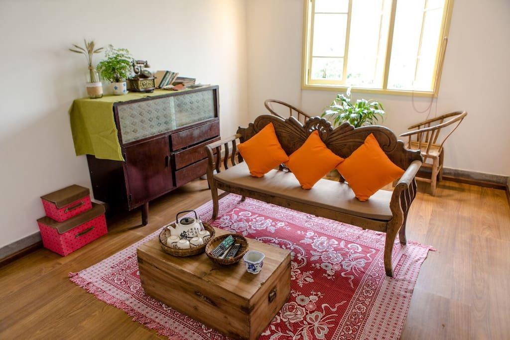 客厅保留80年代的装修风格,跟宽窄巷子的遥相呼应