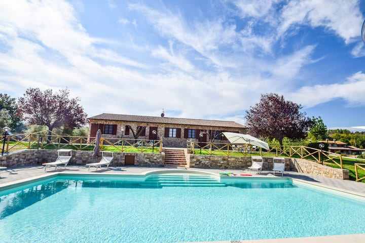Villa with private pool & panoramic view 6km Todi