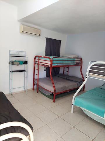 Habitacion #4 - Cuenta con dos literally full-twin ambas y un futon full