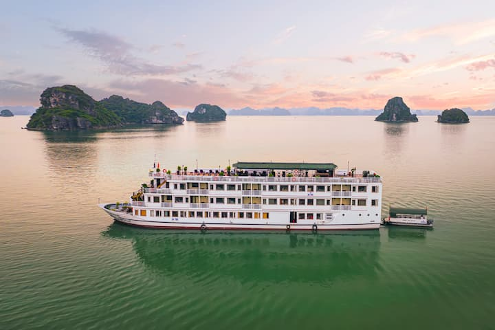 Suite balcony room Halong Bay Sealife Cruise
